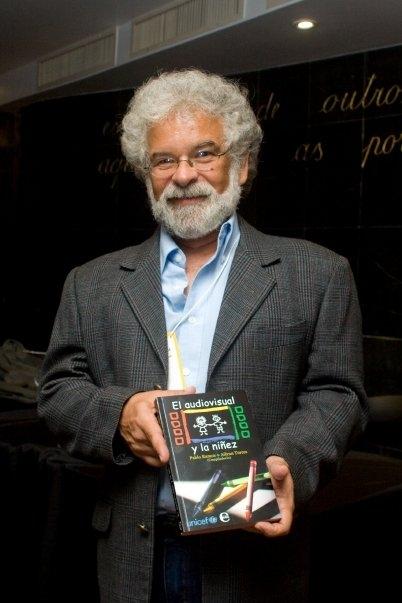 Fotografía de Pablo Ramos presentando su libro