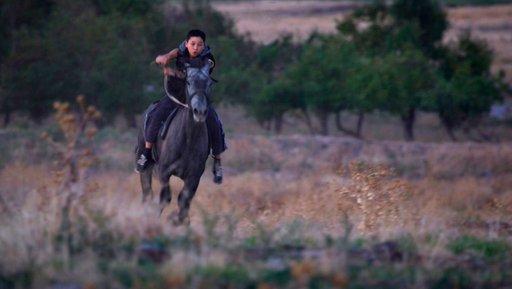 """Imagen de Niños en la Ruta de la Seda-Acrobata Kyrgyzstan: """"FIEBRE DEL CABALLO"""