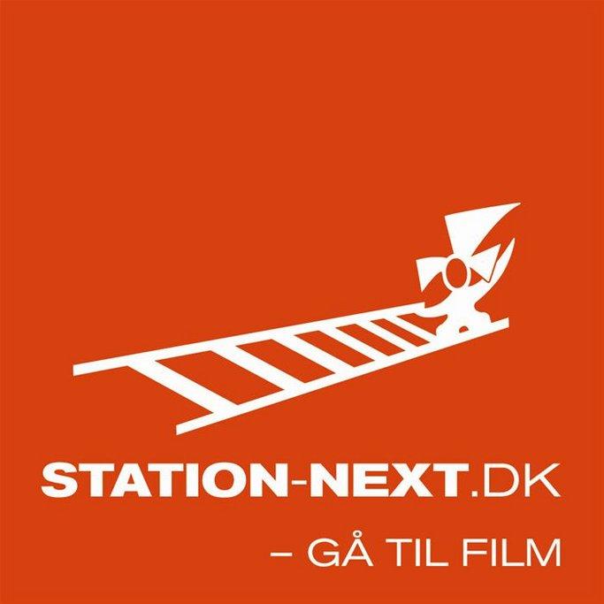 Logo de Station Next/Próxima Estación